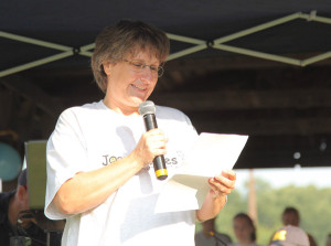 Joana's Mother Tina Walsh Talking to the crowd of runners about Joana